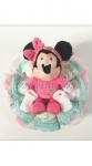 un gâteau de couches avec un doudou Minnie Mouse, la célèbre souris des dessins animés de Walt DISNEY. Un cadeau de naissance particulièrement original.