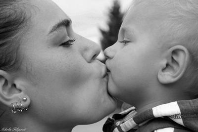 Je berce mon bébé et je lui donne une belle preuve d'amour